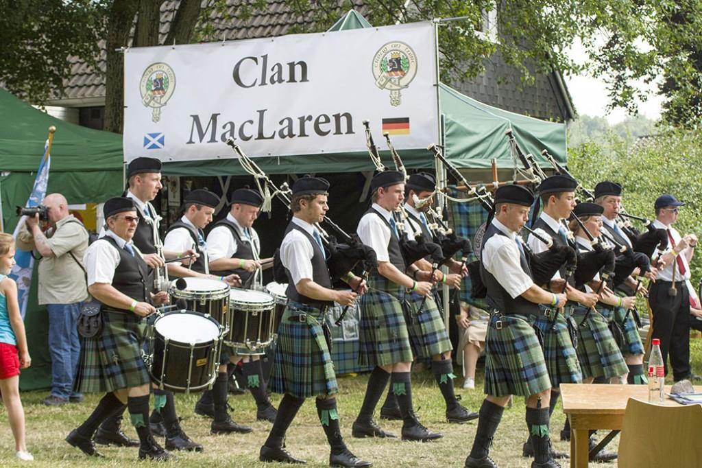 Die MacLaren Pipeband vor dem Clanzelt der Friends of Clan MacLaren e.V.