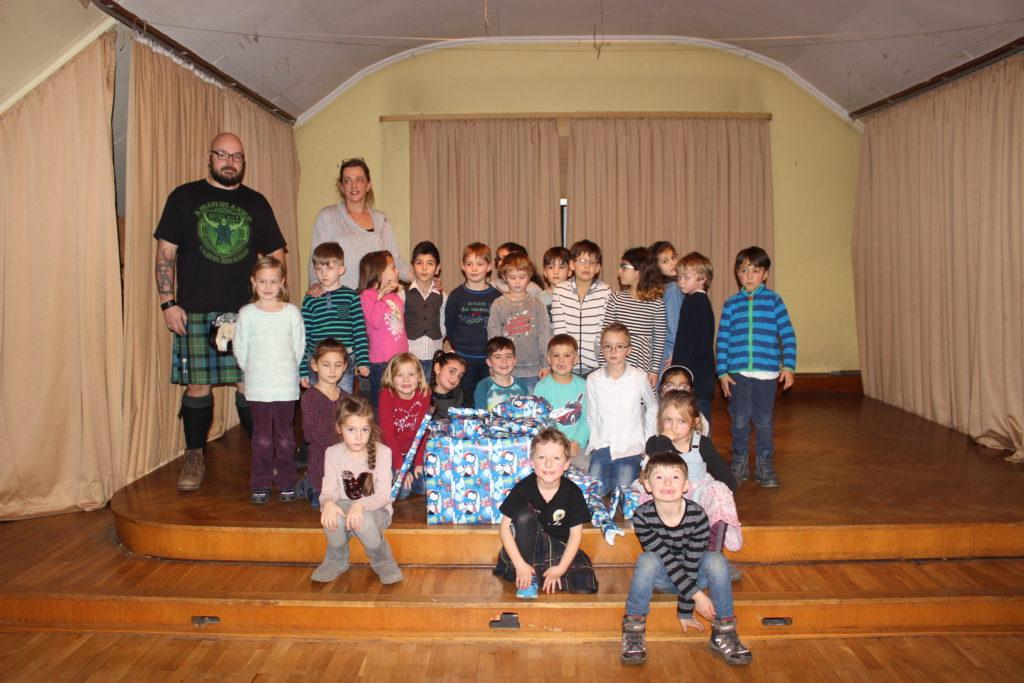 Holzspielzeug und Lernbücher für die Grundschule
